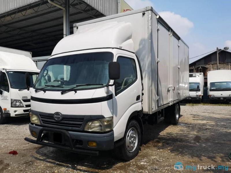 """#8865 - 2012 Hino XZU413 17'6"""" 5,000kg"""